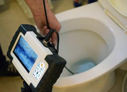 TV-Inspektion in der Toilette